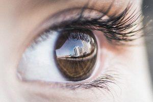 oeil marron cils courbés